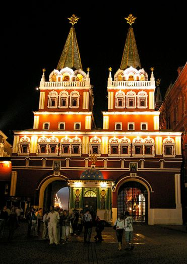 425px-Resurrection_Gate_in_Moscow_at_Night